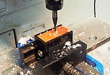Цех точной механики. Притирка наклонного ПЭП на станке с ЧПУ.