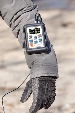 Толщиномер УТ907 в чехле. Крепление на руку.